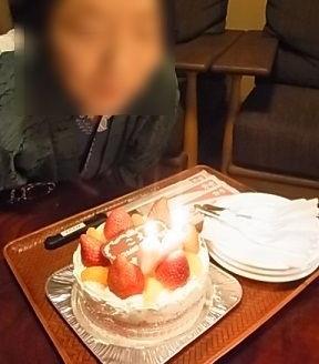 イチゴがのったホールケーキ1.jpg